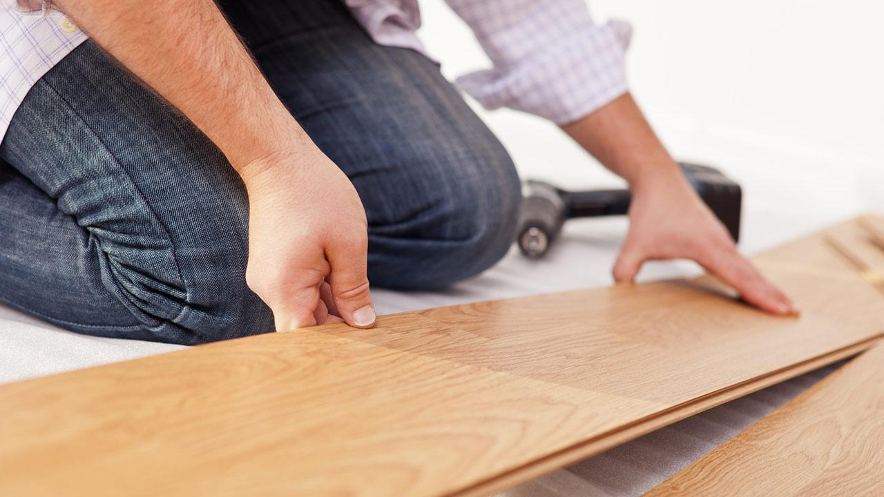 Laying the floor - as easy as that - laminate flooring is laid