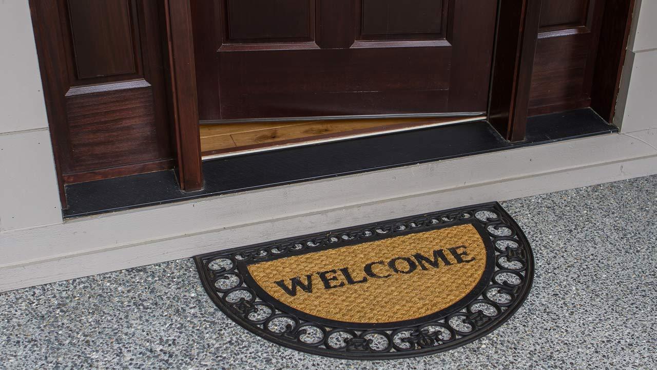 Decoration tips for the front door - a doormat at the front door