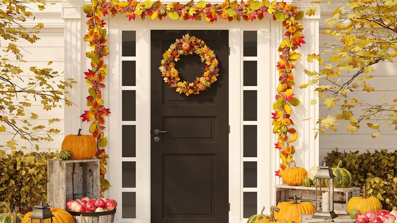 Decoration tips for the front door - a door wreath adapted to the season