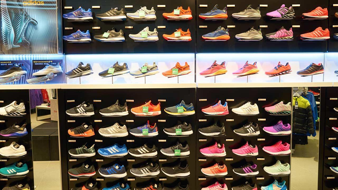 Sports shoes in test - Expensive or cheap - a wall full of more expensive sports shoes