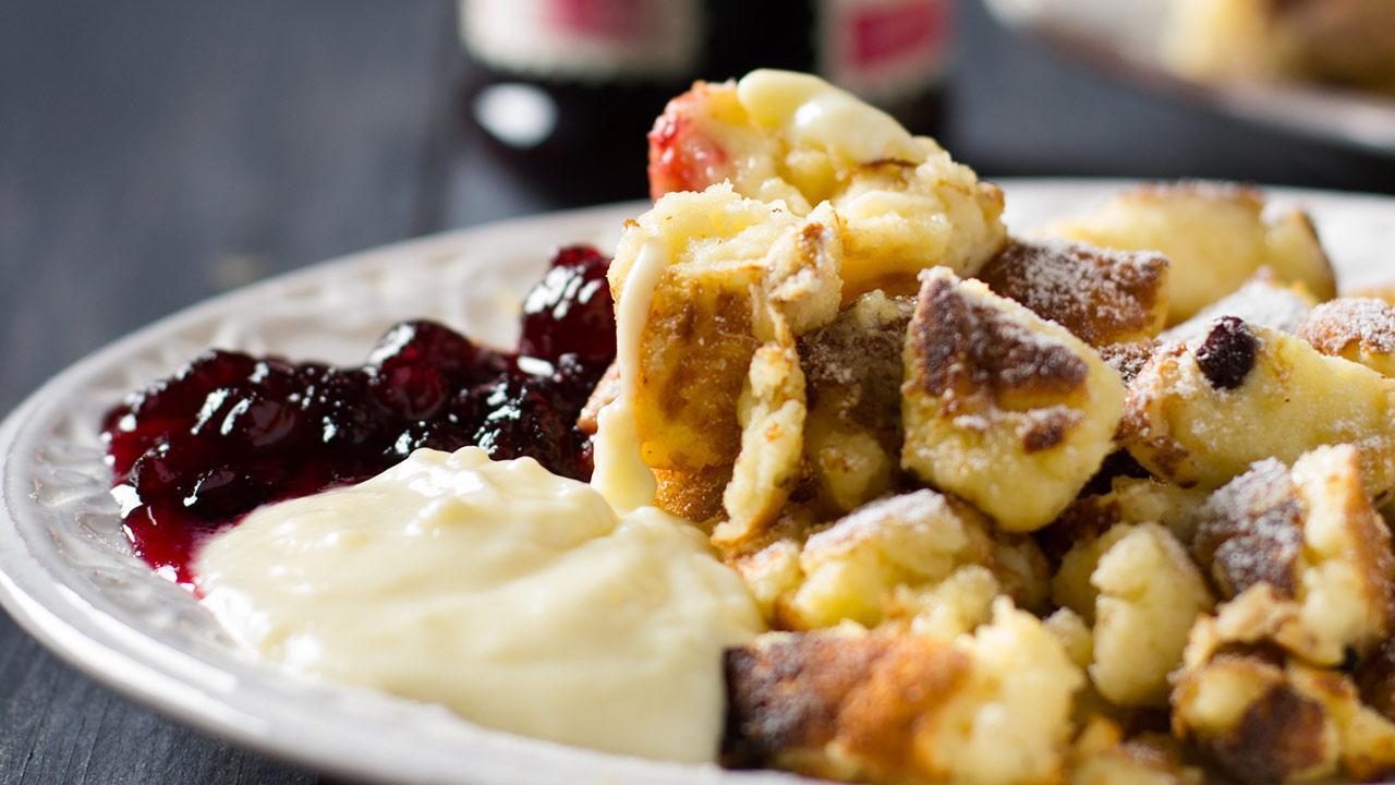 The best Kaiserschmarrn recipe - a fresh Kasierschmarrn with vanilla and cranberry sauces