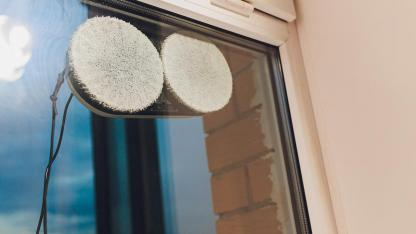 Perfect for spring cleaning: Window cleaning robot - a window cleaning robot at the window photographed from outside