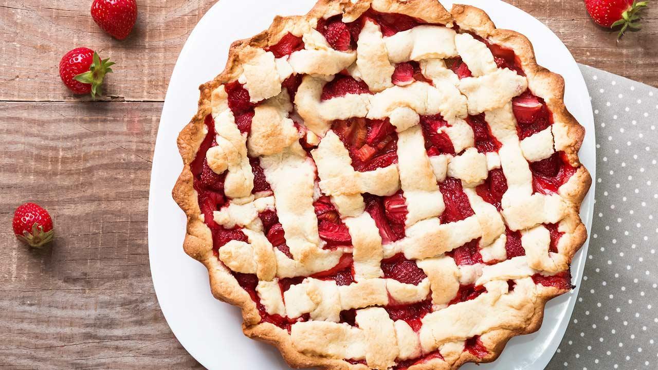 Delicious rhubarb recipes - a rhubarb strawberry pie
