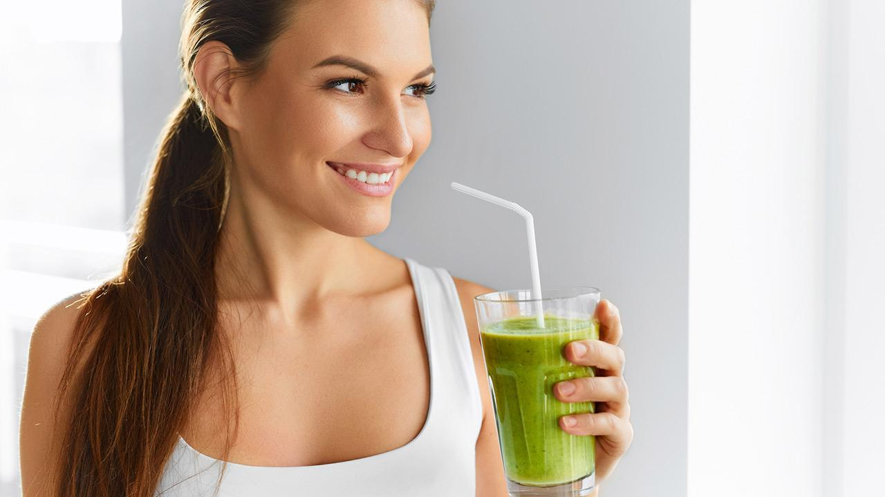The detox cure detoxifies the body - woman with a smoothie in her hand