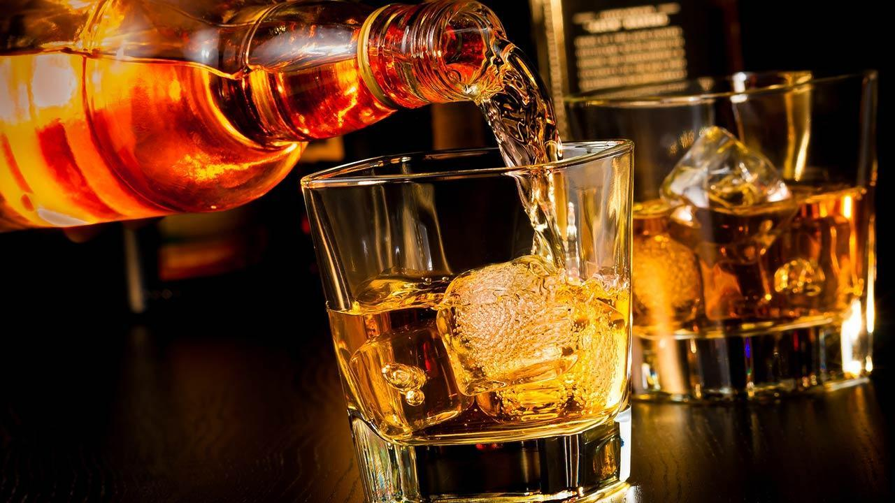 Whisky on the rocks or without ice - Whisky in a glass