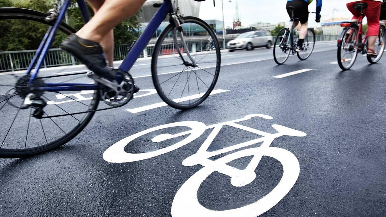 How do I make my bike fit for winter ? / a bicycle on the cycle path