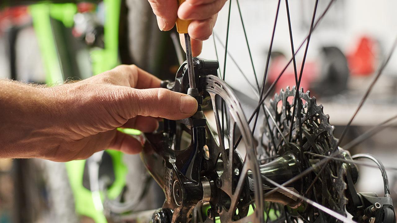 How do I make my bike fit for winter ? / a man makes his bike winterproof