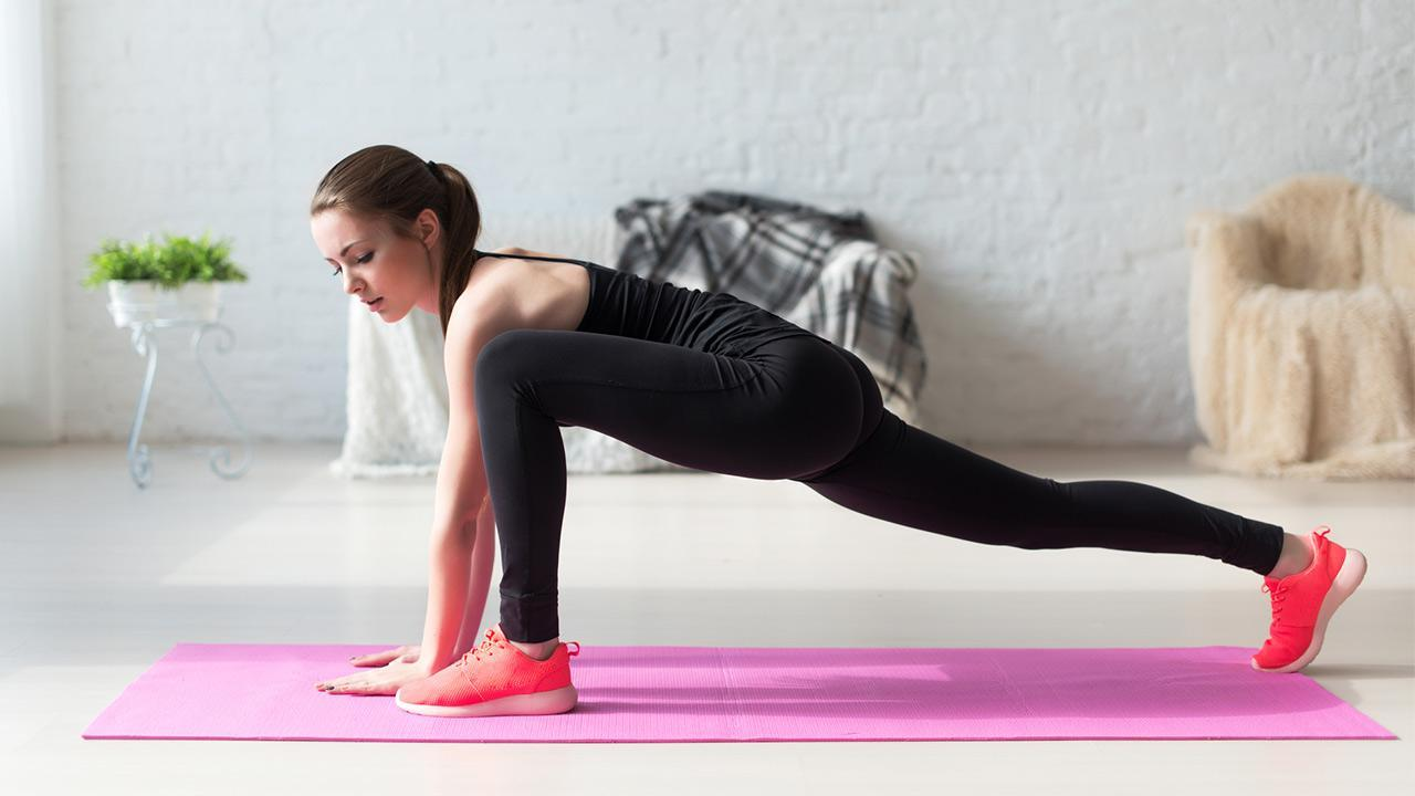 HIT- Training - Sport at home / Woman trains at home