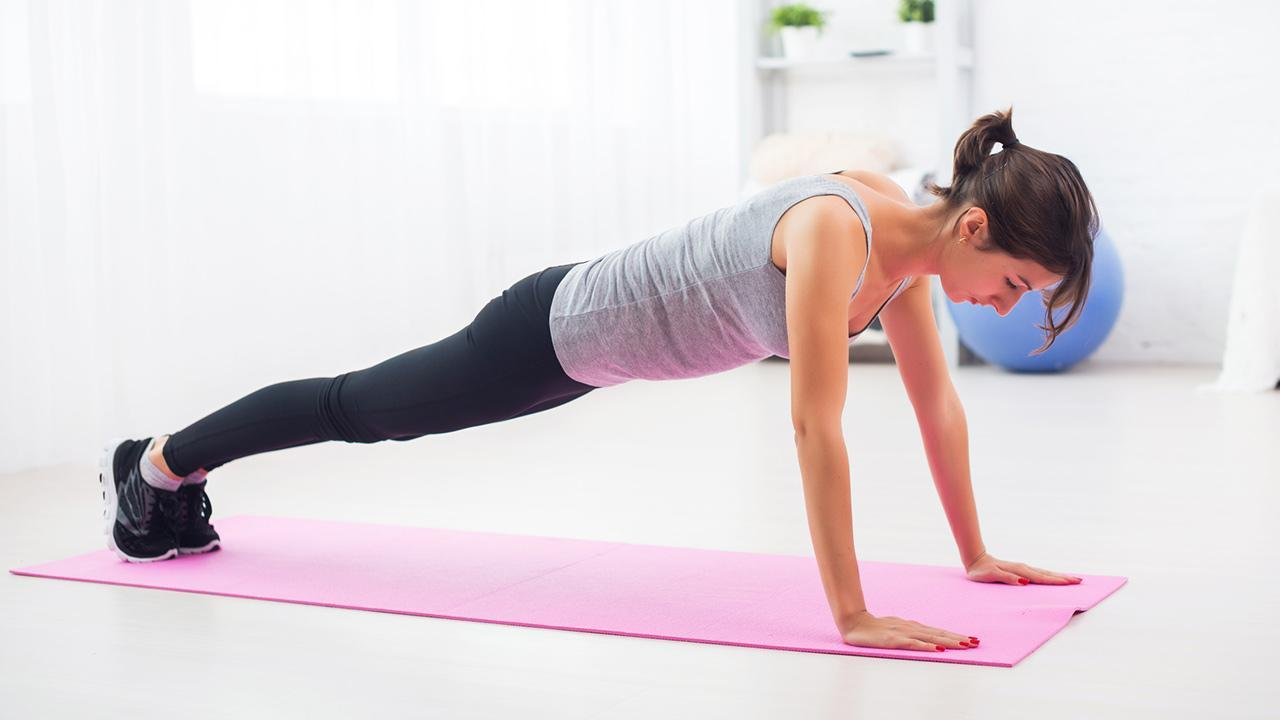 HIT- Training - Sport for at home / Woman does push-ups