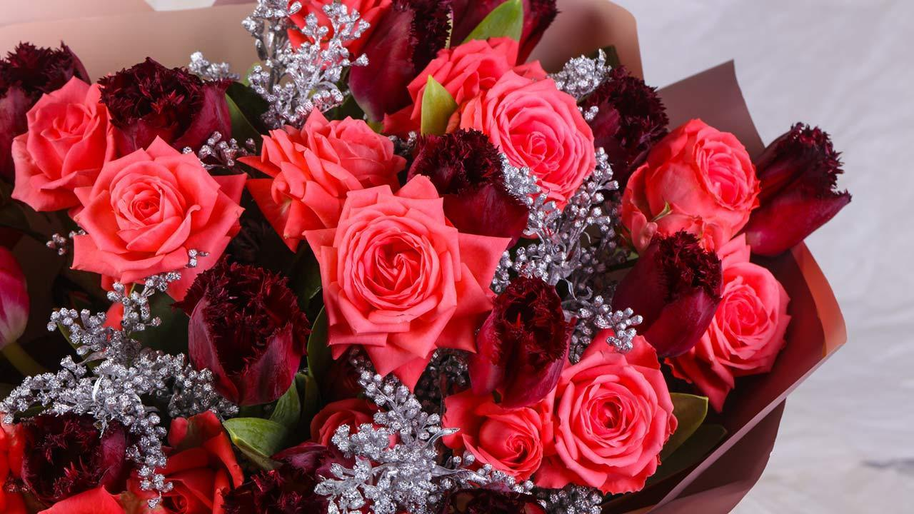 How her Valentine's Day roses stay fresh longer / mixed bouquet
