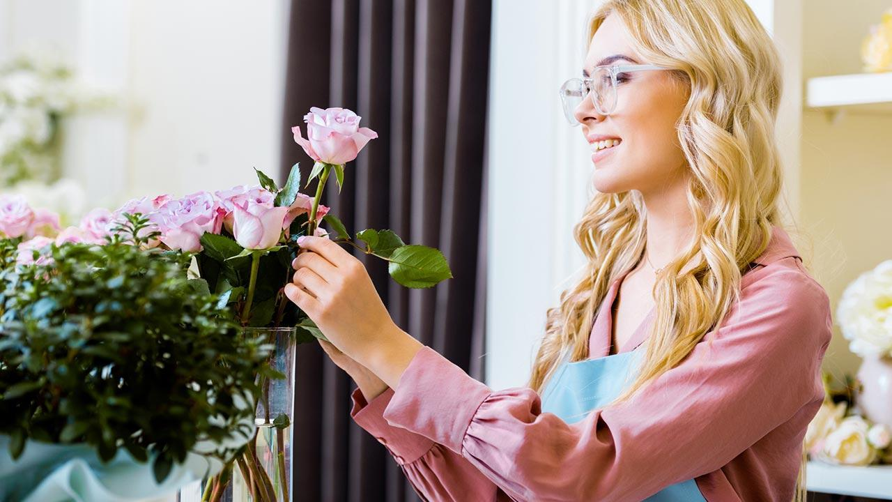 How her Valentine's Day roses stay fresh longer / a woman puts roses in the vase