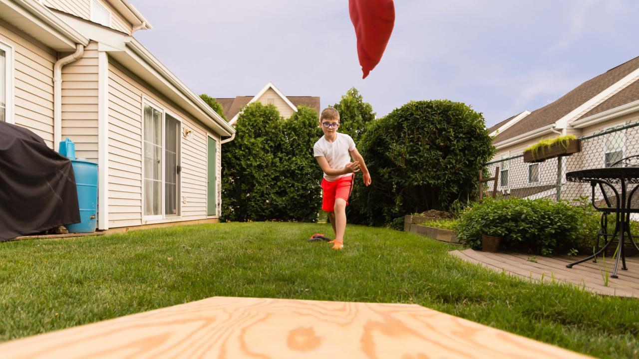 Cornhole - throwing sandbag in your own garden / one person plays Cornhol
