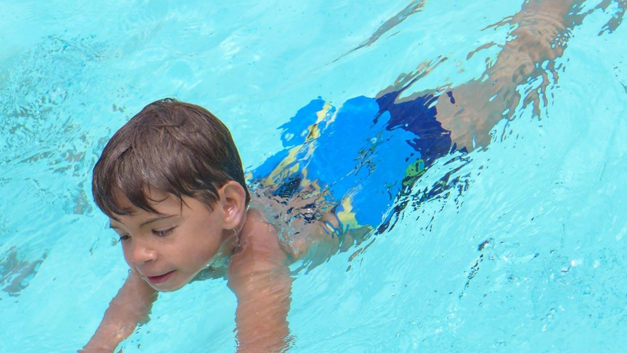 The best swimming aids for children / little boy with swimming belt