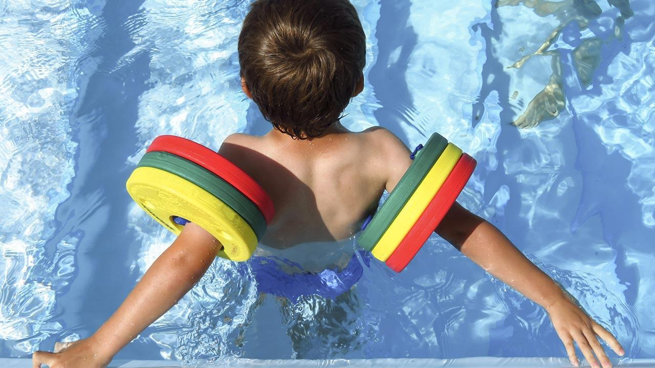 The best swimming aids for children / little boy with swimming discs