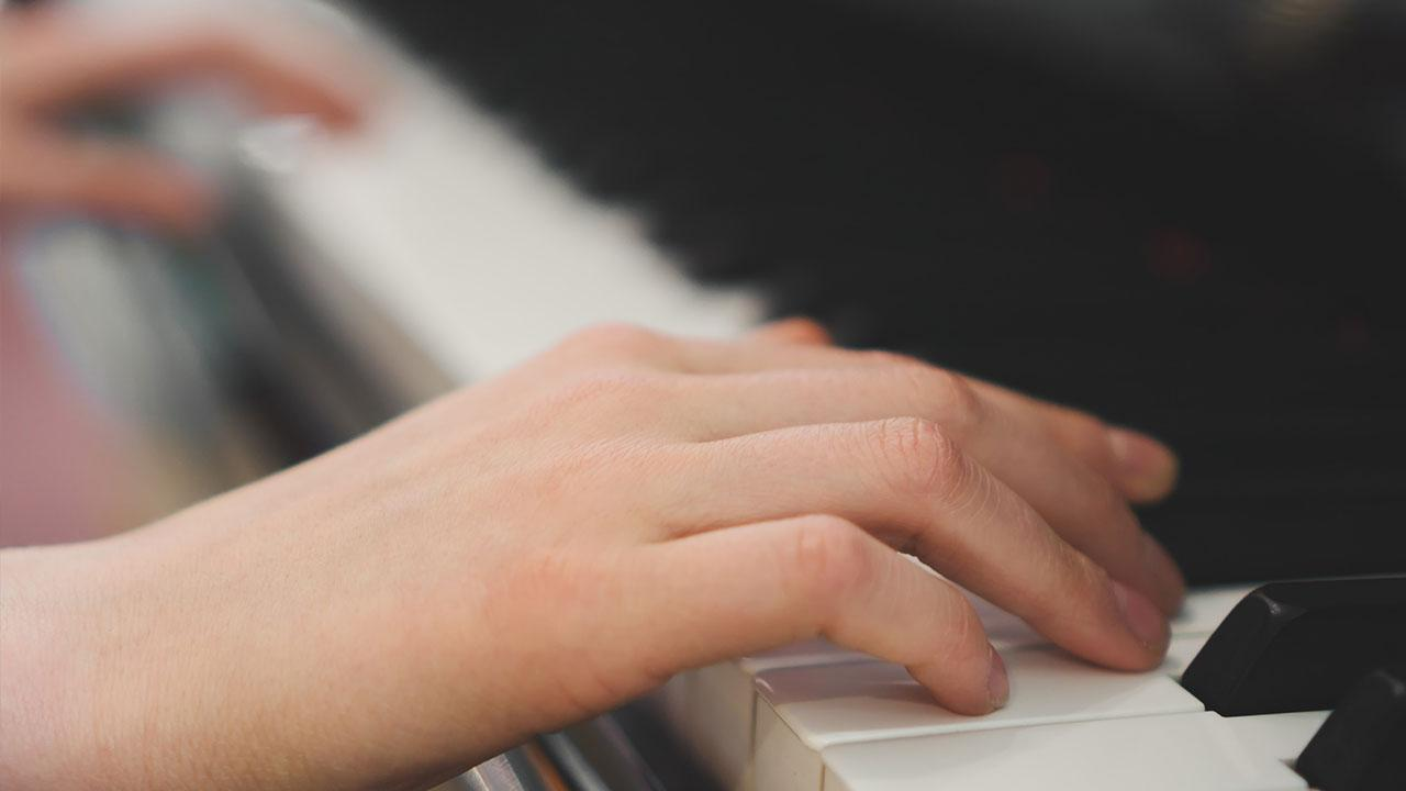 Playing the piano - How to get started / Hands playing the piano