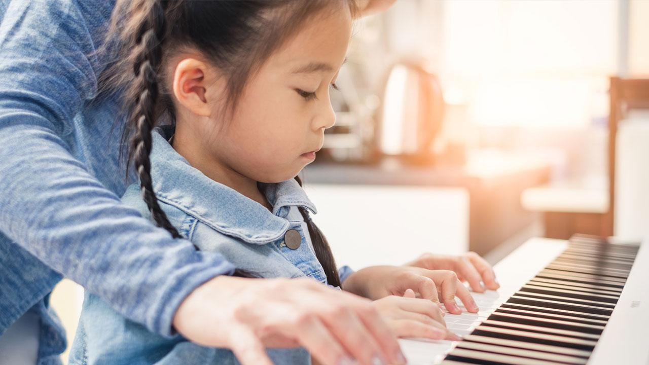 Playing the piano - How to get started / Child and mother playing the piano