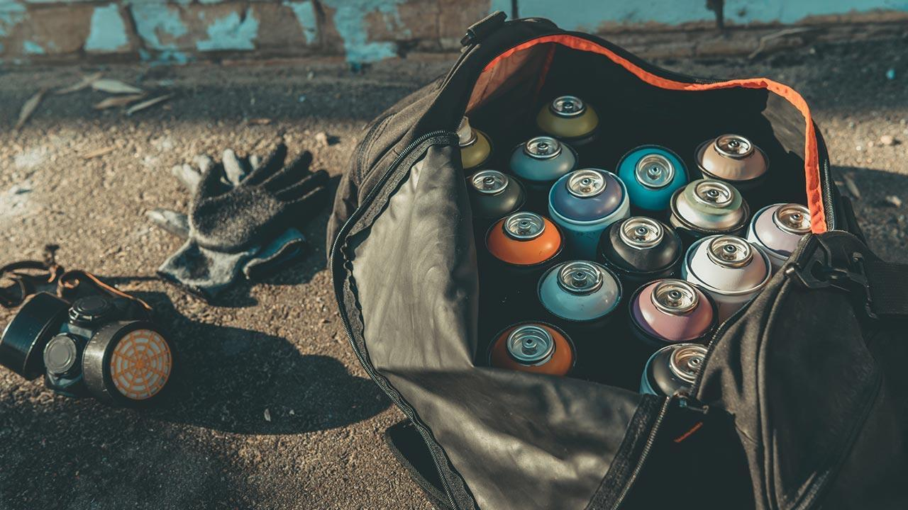 Graffiti - introduction to hobby painting / spray cans, gloves and face masks