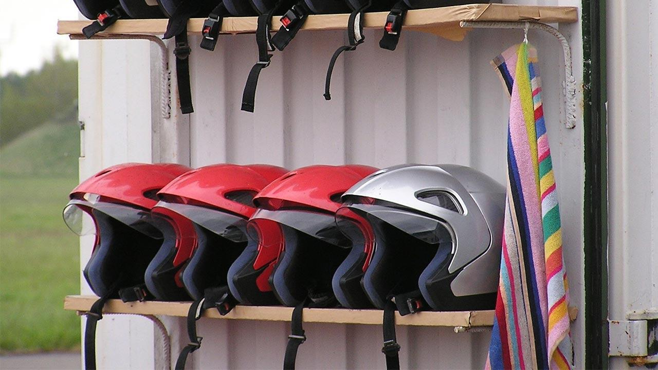 Motorcycle helmet - what do I have to pay attention to? / jet helmets on the shelf