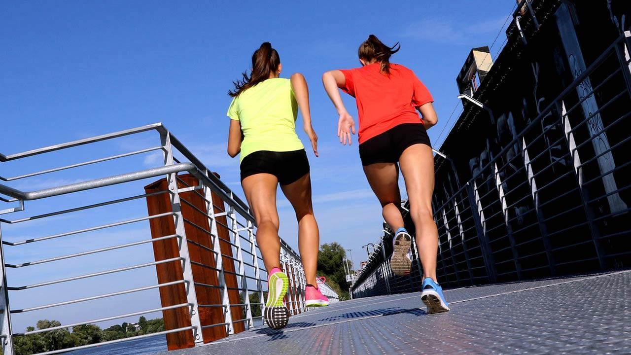 Choose the right running clothes - 2 women running