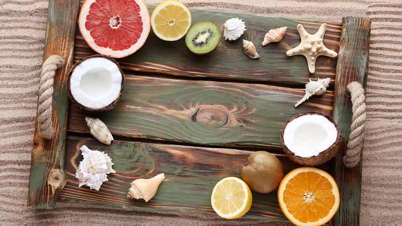 Summer decoration ideas for home / tray with fruits and shells
