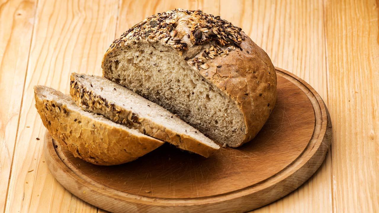 Crispy farmhouse bread - The best recipe - sliced farmhouse bread
