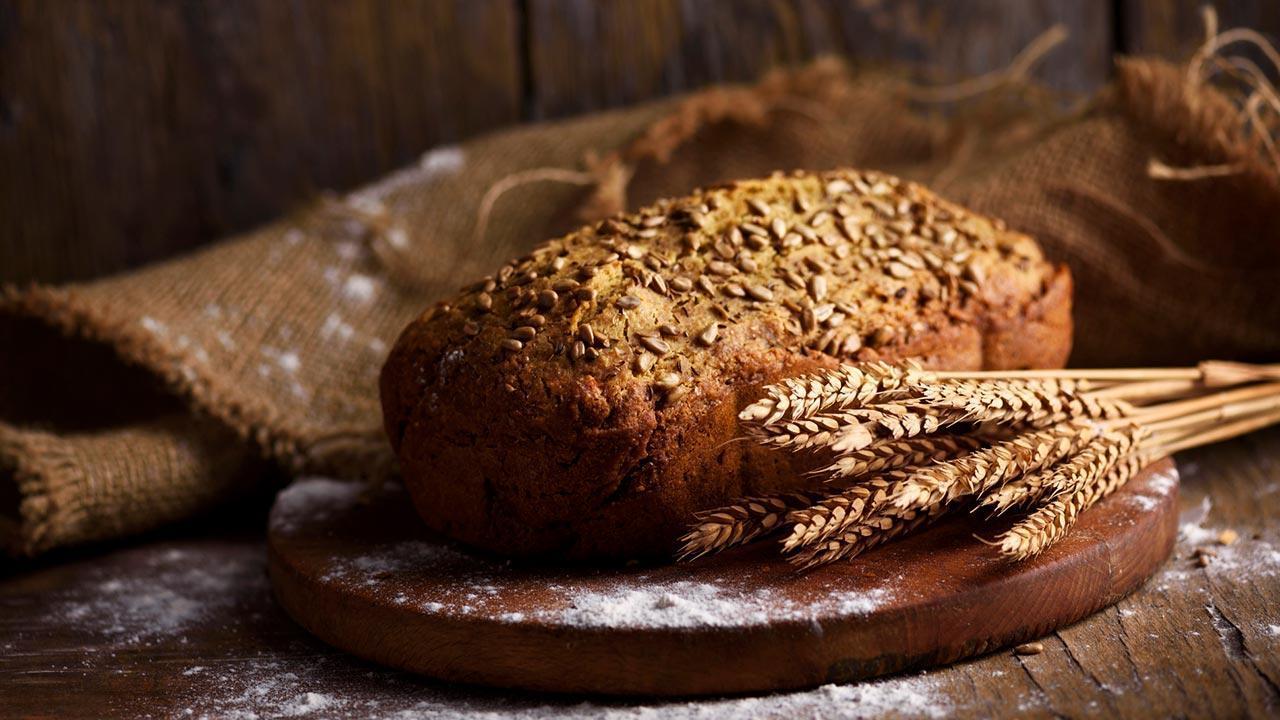 Crispy farmhouse bread - The best recipe - crispy farmhouse bread on a board