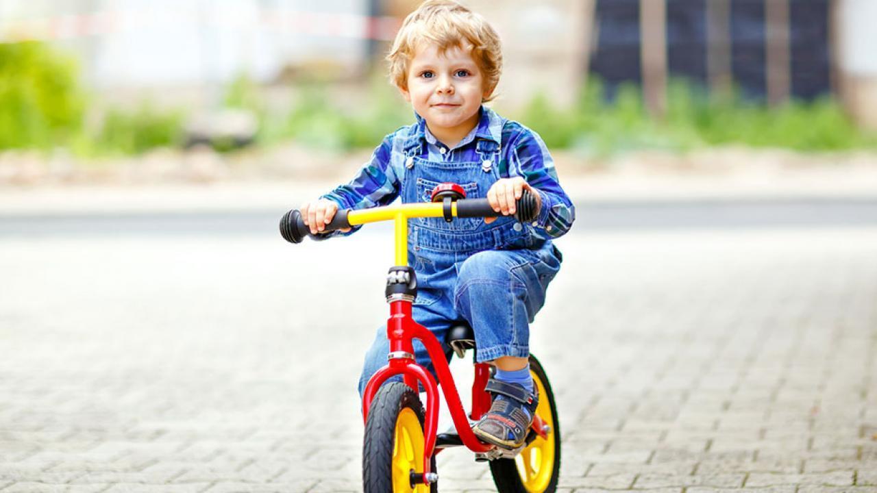 Wheel versus training wheels - Child with wheel