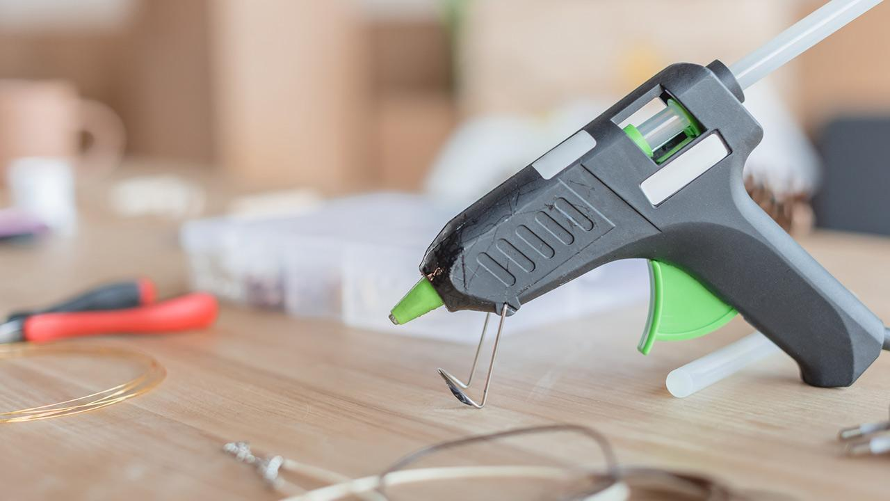 cordless tools for the hobby workshop / a hot glue gun