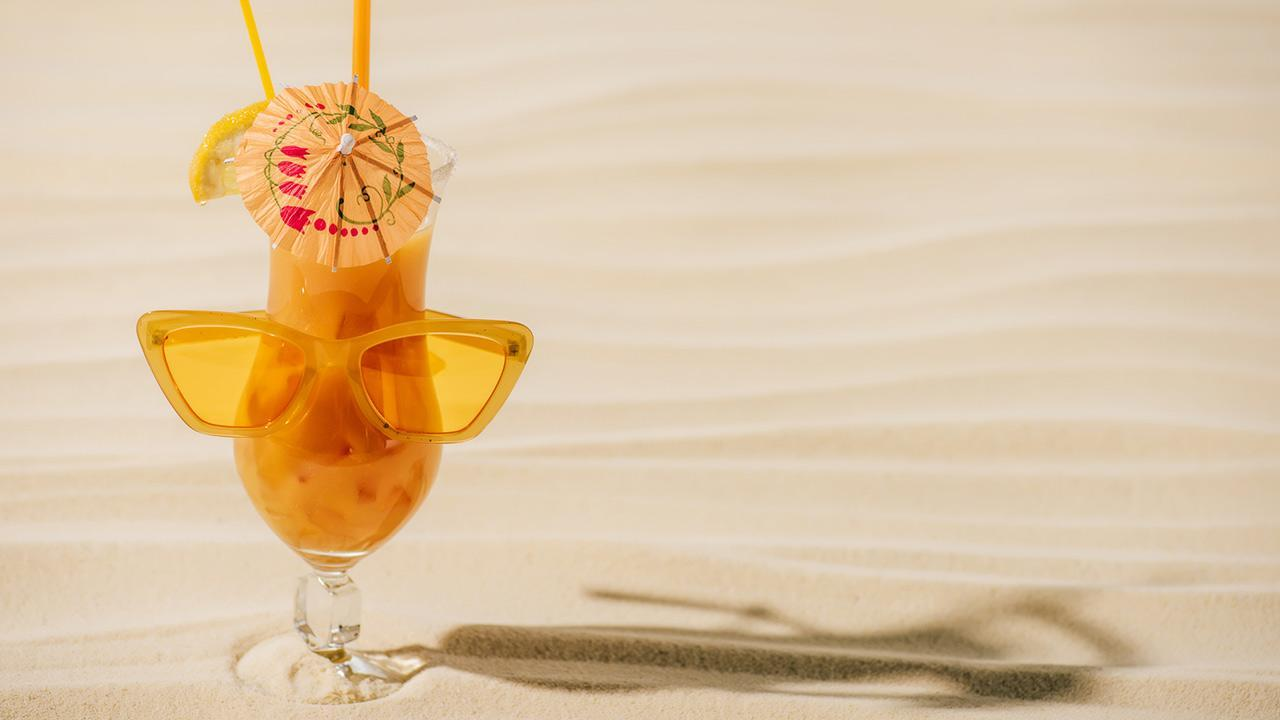 Planters Punch - Our long drink tip in September / a Planters Puntch with sunglasses and umbrella