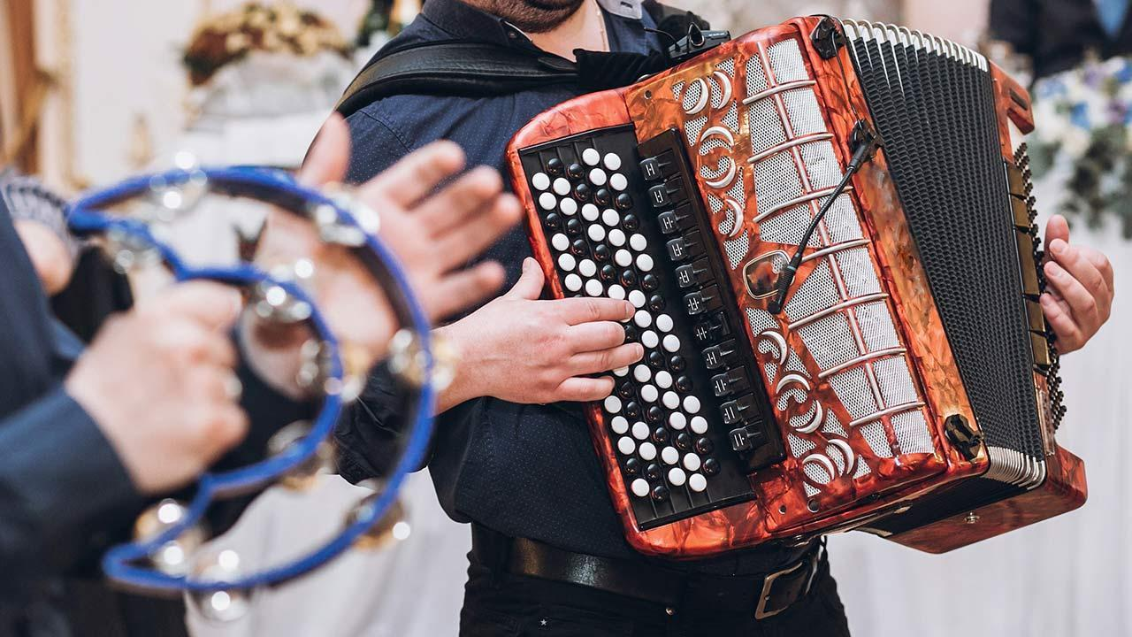 Playing Accordion - How to get started / an accordion is played