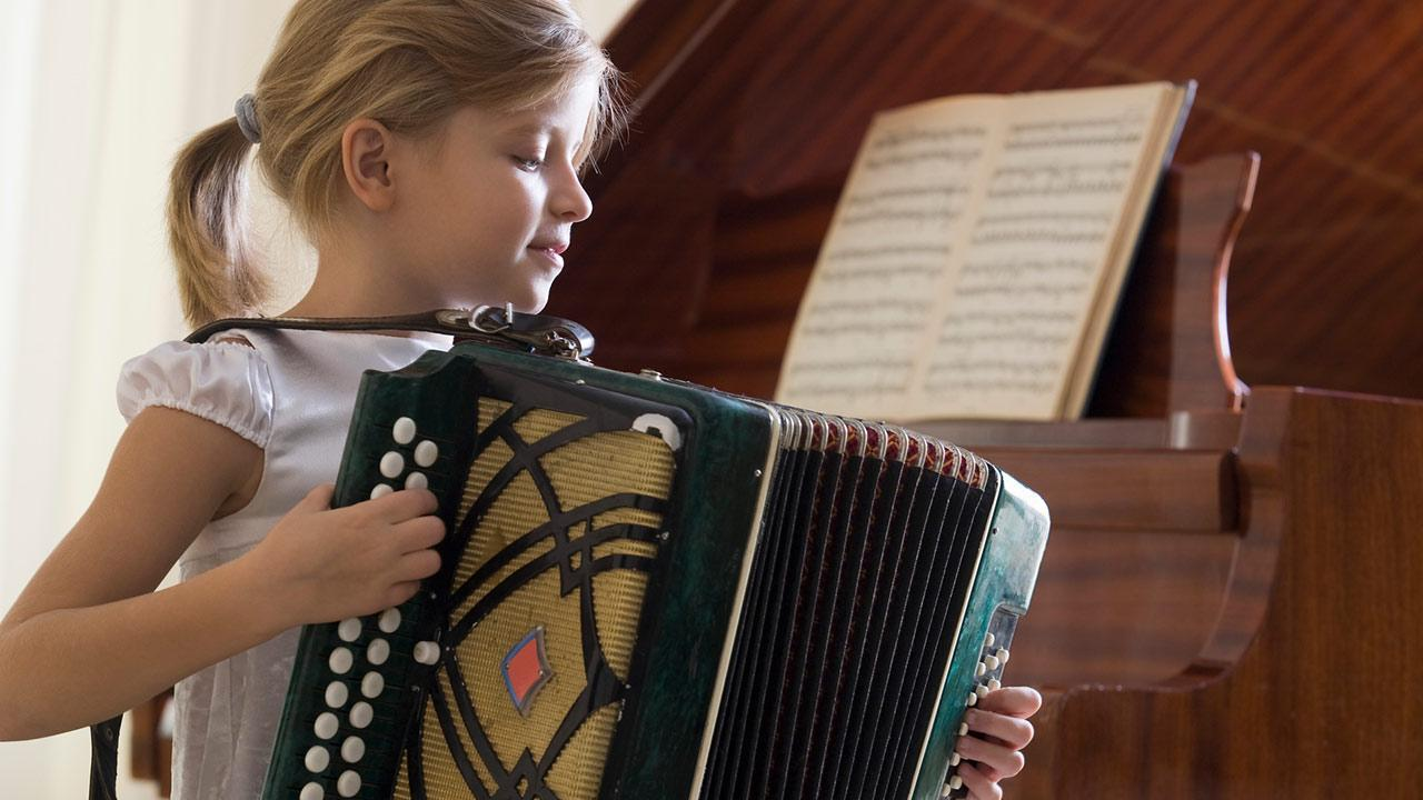Playing accordion - How to get started / a little girl plays accordion