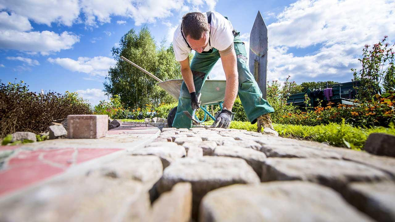 Tips for paving a stone terrace - craftsmen at work