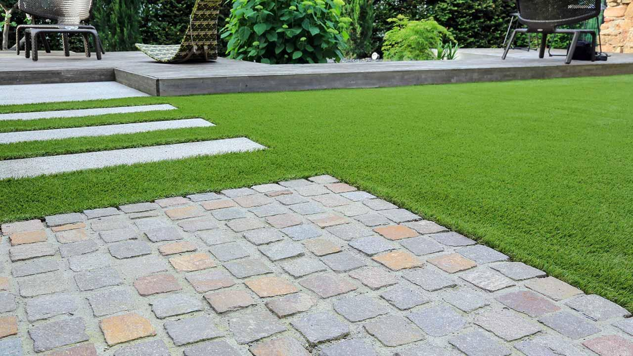 Tips for paving a stone terrace - with lawn edge