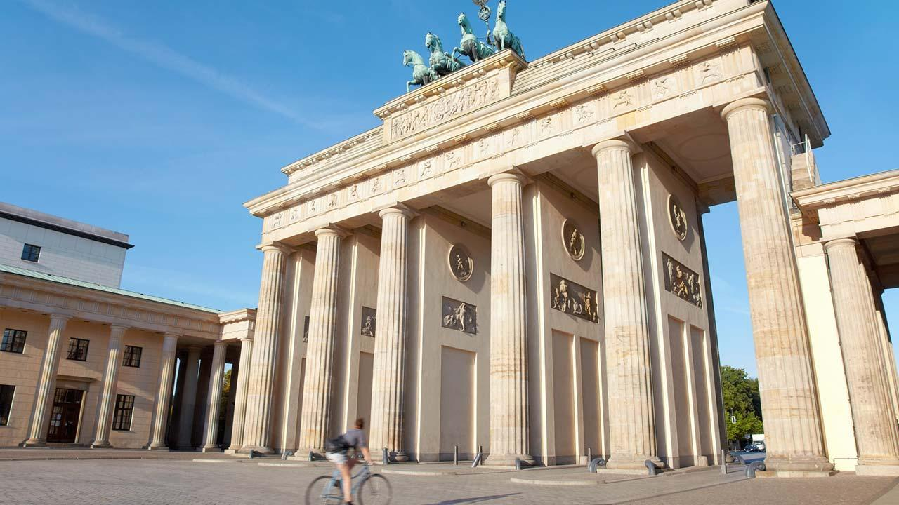 Explore the city by bike: Berlin - Brandenburg Gate