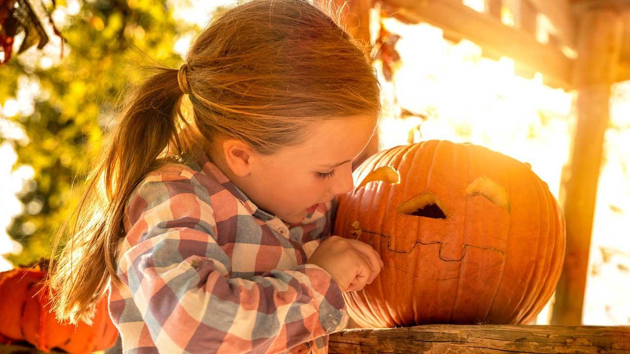 The most beautiful Halloween decoration ideas for garden and patio - Girls hollowing out pumpkins