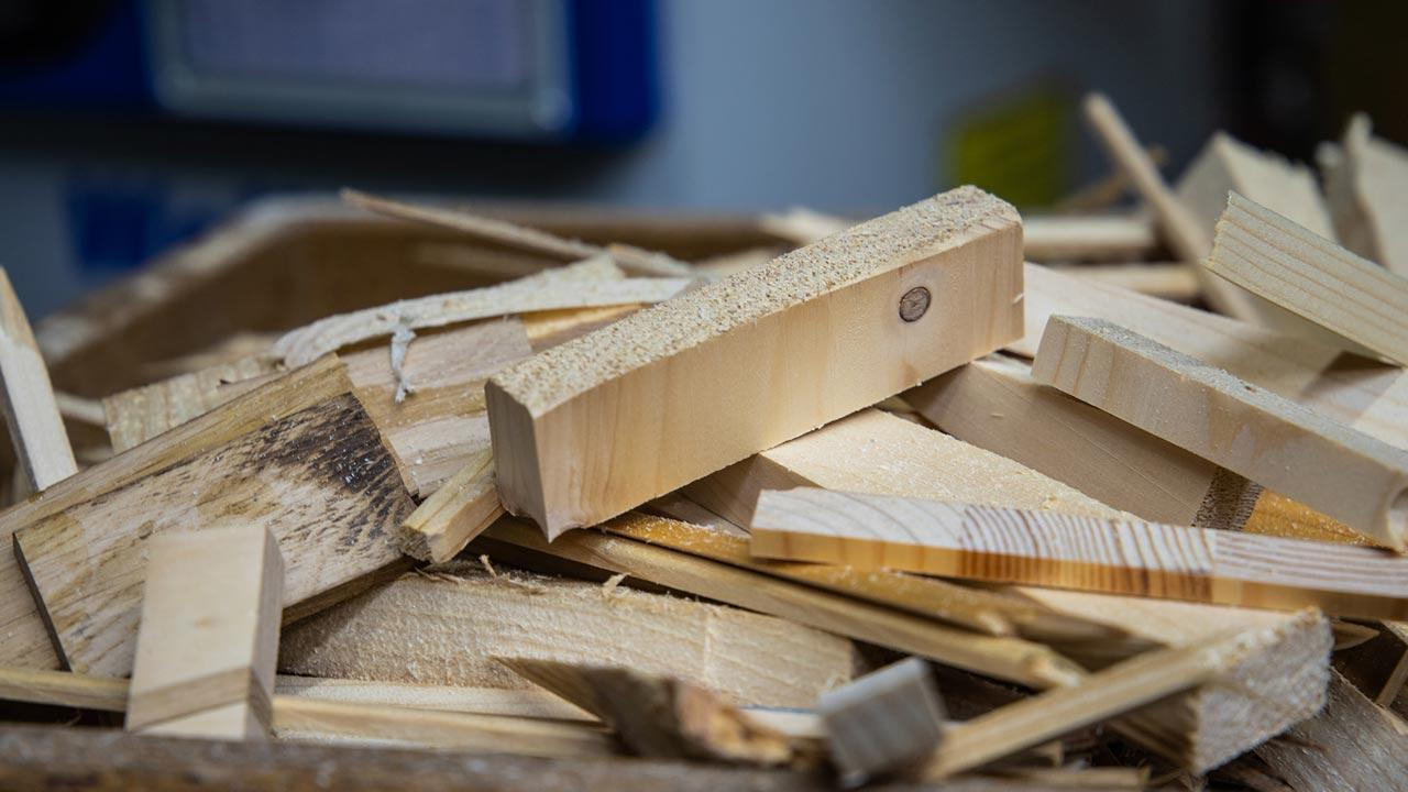 Building a bird house for the winter yourself - waste wood